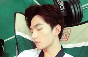 TFBOYS陈伟霆李易峰的销魂睡姿,看着都犯困!