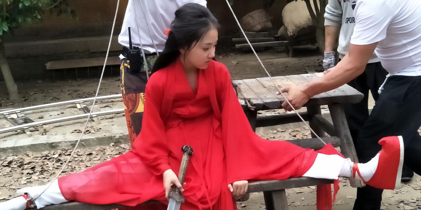 """杨幂受伤成龙点赞,""""小白蛇""""吊威亚不喊疼"""